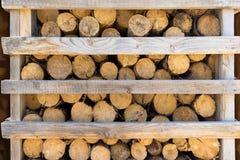 Bois de chauffage dans un support en bois entrouvert Photo stock
