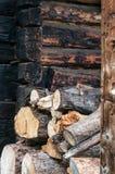 Bois de chauffage empilé chez un Loghome Images libres de droits