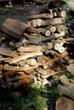 Bois de chauffage empilé dans le domaine Photos libres de droits