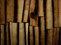 Bois de chauffage empilé dans plusieurs rangées Photo libre de droits