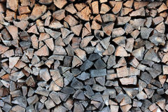 Bois de chauffage empilé dans un tas de bois Photo libre de droits