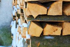 Bois de chauffage empilé en hiver sous la neige Photographie stock
