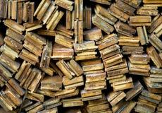 Bois de chauffage empilé par fond Image stock