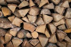 Bois de chauffage en bois d'une manière ordonnée empilé Chargez la cheminée Fond images libres de droits