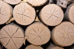 bois de chauffage rond d'une manière ordonnée empilé dans la cheminée avec des fissures images libres de droits