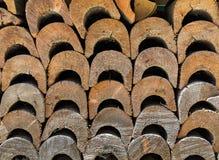 Bois de chauffage soigné empilé photo stock