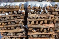 Bois de chauffage soigné empilé photos libres de droits