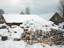 Bois de chauffage sous la neige Photos libres de droits