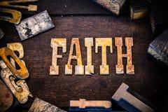 Bois de concept de foi et lettres rouillées en métal photo libre de droits