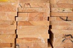 Bois de construction en bois à une scierie photographie stock libre de droits