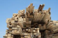 Bois de construction. Planches et faisceaux images stock