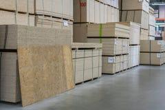 Bois de construction scié Cloison sèche, dvp, carton gris, étagère avec les matériaux structurels sur les étagères dans l'entrepô photo stock