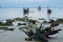 Bois de construction sur la belle plage avec le lever de soleil, foyer mou de longue exposition Image libre de droits