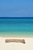 Bois de construction sur une plage sablonneuse blanche. Images stock