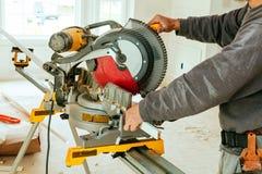 bois de coupe d'homme sur la scie électrique Photo stock