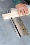 Bois de découpage de charpentier sur la scie électrique Photographie stock libre de droits