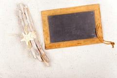 Bois de flottage et tableau noir d'ardoise dans le sable Photo libre de droits