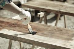 Bois de peinture avec la peinture en bois de protection image libre de droits