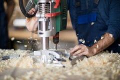 Bois de perçage de charpentier images libres de droits