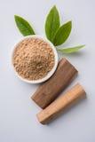 Bois de santal ou poudre et pâte chandan image stock