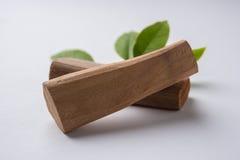 Bois de santal ou poudre et pâte chandan images stock