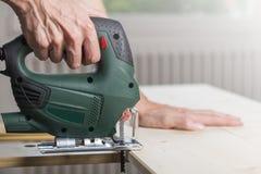 Bois de sawing avec la scie de gabarit Images stock