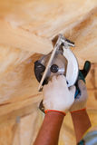 Bois de sawing de travailleur de maçon de construction utilisant la lame de main-scie Image stock