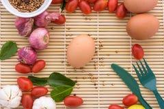 Bois en bois de Tamato d'oeufs de nourriture de tomate d'oeufs de nourriture organique Photographie stock libre de droits