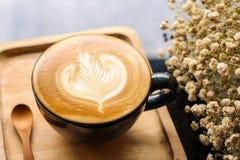 Bois en bois de fond de grain de café de cuillère de fleur de crème de lait de Latte de café photographie stock libre de droits