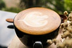 Bois en bois de fond de grain de café de cuillère de fleur de crème de lait de Latte de café images libres de droits