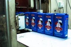 Bois enveloppé Cheri sur la bande de conveyeur Image libre de droits