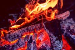 Bois et coa brûlants images stock