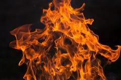 Bois et flammes brûlants images stock