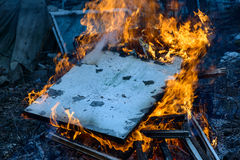 Bois, flamme et fumée brûlants sur le fond bleu Images libres de droits