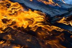 Bois, flamme et fumée brûlants sur le fond bleu Photos libres de droits