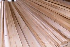 Bois, panneaux non prévus de pin empilés sur l'un l'autre sur le support en métal Images stock