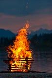 bois proche chaud de l'eau d'incendie brûlant de camp Photos stock