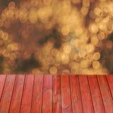 Bois rouge de perspective vide au-dessus des arbres brouillés avec le fond de bokeh, pour le montage d'affichage de produit Image stock