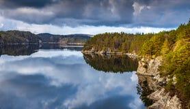 Bois scandinave, roches et eau calme photographie stock
