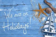 Bois superficiel par les agents bleu avec la décoration maritime et message nous sommes en vacances image libre de droits
