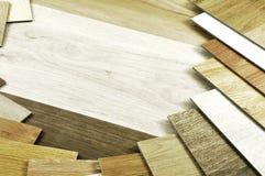 bois témoin Guide en bois de couleur, échantillons de choix en bois sur b en bois photographie stock libre de droits