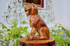 Bois thaïlandais traditionnel de style découpant en tant que tigre en bois animal un o Photographie stock