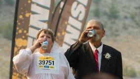 BOISE IDAHO/USA - AUGUSTI: Par i deras bröllopdräkter som dricker något öl på det smutsiga strecket i Boise, Idaho på Augusti, 20 Arkivfoton