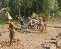 BOISE, IDAHO/USA - 10 DE AGOSTO: El grupo de corredores que compiten con a través del fango mina en el rociada sucia en Boise, Id Fotografía de archivo libre de regalías