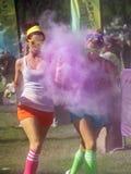 BOISE, IDAHO/USA - 22. JUNI: Zwei nicht identifizierte Läufer, die einem Spritzen der Farbe während der Farbe mich Rad 5k in Boise Lizenzfreies Stockfoto