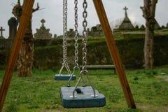 Boisko blisko cmentarza deszczowy dzie? chmurny z mg?? i zdjęcie royalty free