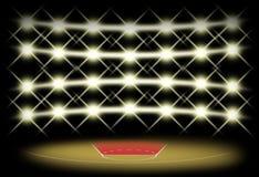 Boisko do koszykówki w zmroku z światła reflektorów tłem Obrazy Royalty Free
