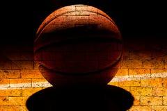 Boisko do koszykówki z czerwonym ściana z cegieł Fotografia Stock