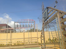 Boisko piłkarskie izbowy obok elektrowni właśnie zdjęcia royalty free