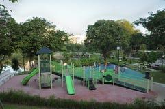 Boisko przy ogrodowym parkiem z obruszeniami, arywistów schodkami i domkiem do zabaw, zdjęcia royalty free